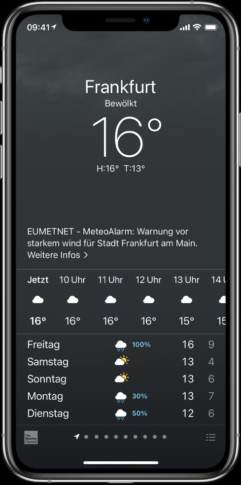 """Die App """"Wetter"""" zeigt von oben nach unten: den Ort, eine Warnung vor einem schweren Gewitter, die aktuelle Temperatur, die Höchst- und Tiefsttemperaturen des Tages sowie ein Diagramm mit den Niederschlagsvorhersagen für die nächste Stunde. Unten auf dem Bildschirm ist die stündliche Vorhersage zu sehen, gefolgt von einer Zeile mit Punkten, die die Anzahl der Orte in der Ortsliste angibt. Unten rechts befindet sich die Taste """"Städte bearbeiten""""."""