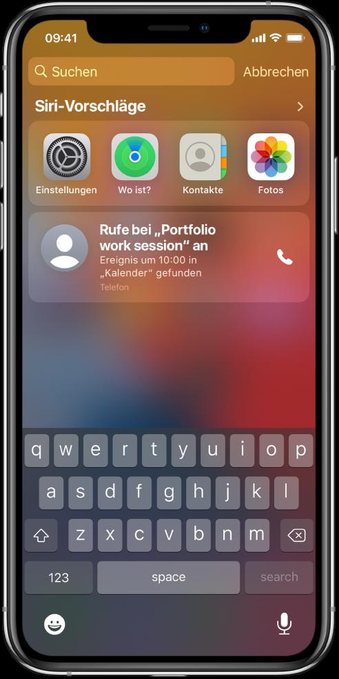 """Der Sperrbildschirm auf dem iPhone. Die Apps """"Einstellungen"""", """"Wo ist?"""", """"Kontakte"""" und """"Fotos"""" sind unter """"Siri-Vorschläge"""" zu sehen. Unter den App-Vorschlägen befindet sich der Vorschlag, an einer Portfolio-Arbeitssitzung teilzunehmen, ein Ereignis, das im Kalender gefunden wurde."""