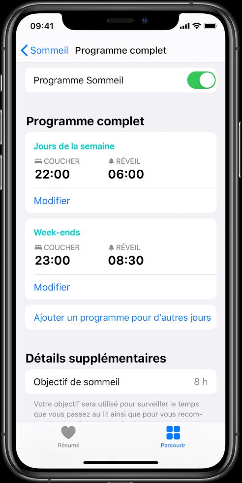L'écran «Programme complet» de Sommeil est affiché dans l'app Santé. L'option «Programme Sommeil» est activée en haut de l'écran. Au milieu de l'écran se trouve un programme Sommeil pour les jours de semaine, ainsi qu'un autre programme pour les week-ends. Sous celui-ci se trouve un bouton pour ajouter un programme pour les autres jours. En bas de l'écran figurent, la section relative aux détails supplémentaires affiche un objectif de sommeil de huit heures.