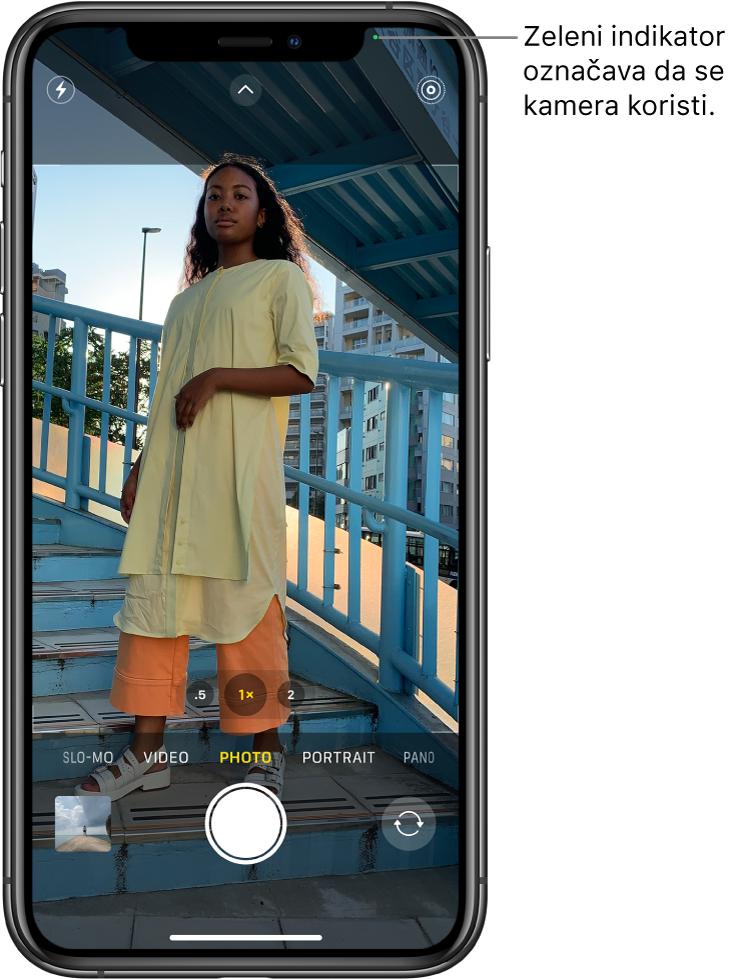 Zaslon Kamere u Foto modu. Zeleni indikator na vrhu desno prikazuje da se kamera koristi.