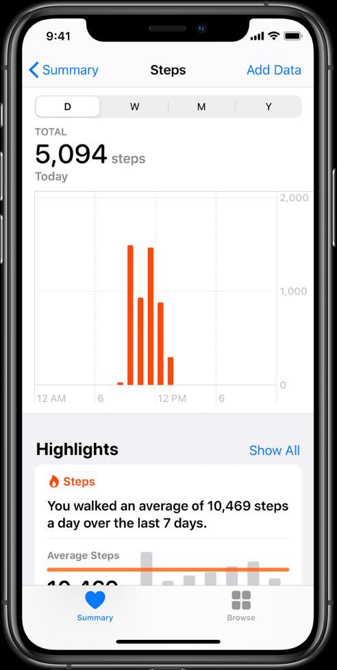 Az Összegzés lap az Egészség alkalmazásban az adott napon megtett lépések adatait tartalmazó diagrammal. A képernyő tetején találhatók a gombok a napi, heti, havi és évi fejlődés megtekintéséhez. Az Összegzés gomb a bal alsó részen található, a Böngészés gomb pedig a jobb alsó részen.