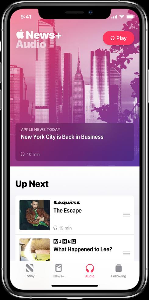 Layar Audio menampilkan ringkasan Today Apple News di bagian atas. Tombol Putar muncul di kanan atas tulisan. Di bawah tulisan terdapat bagian Up Next, yang berisi dua tulisan. Empat tab ada di bagian bawah layar—Today, News+, Audio, dan Following.