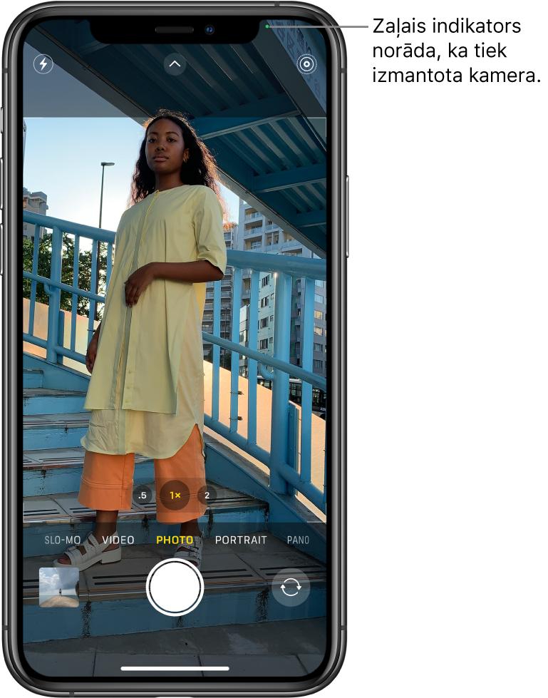 Lietotnes Camera ekrāns režīmā Photo. Zaļš indikators ekrāna augšā norāda, ka tiek izmantota kamera.