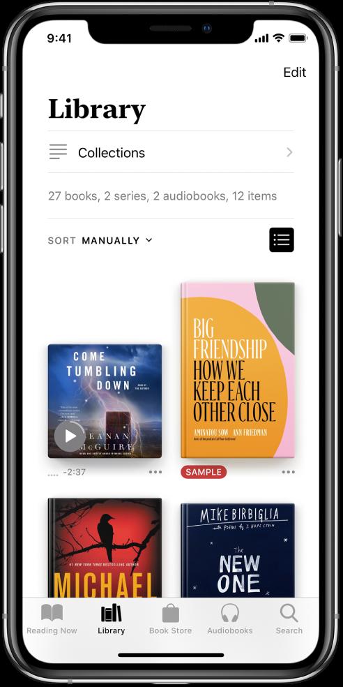 Lietotnē Books ir atvērts ekrāns Library. Ekrāna augšdaļā ir poga Collections un kārtošanas opcijas. Ir atlasīta kārtošanas opcija Recent. Ekrāna vidū ir redzami bibliotēkā esošo grāmatu vāki. Ekrāna apakšdaļā no kreisās puses uz labo ir cilnes Reading Now, Library, Book Store, Audiobooks un Search.