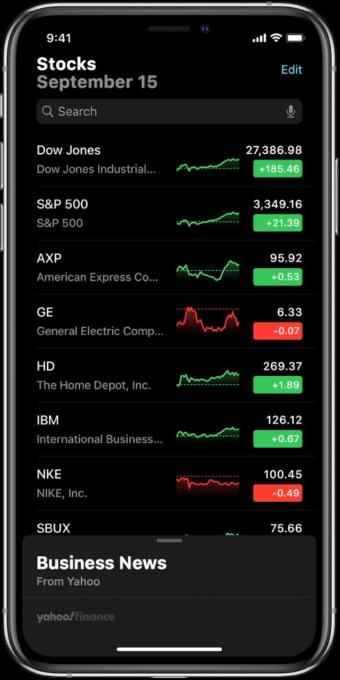 Sekošanas saraksts, kurā redzams dažādu akciju saraksts. Katrai sarakstā esošajai akcijai no kreisās puses uz labo ir parādīts akciju simbols un nosaukums, cenu grafiks, akcijas cena un cenas izmaiņa. Ekrāna augšdaļā virs sekošanas saraksta ir meklēšanas lauks. Zem sekošanas saraksta ir sadaļa Business News. Švīkojiet pāri Business News uz augšu, lai piekļūtu rakstiem.