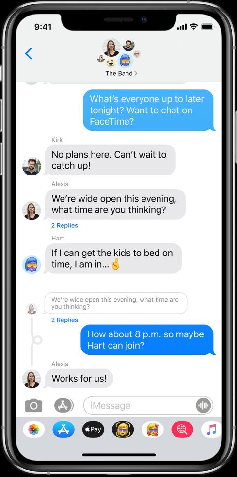 Een gesprek in de Berichten-app, met inline antwoorden in een groepsgesprek.
