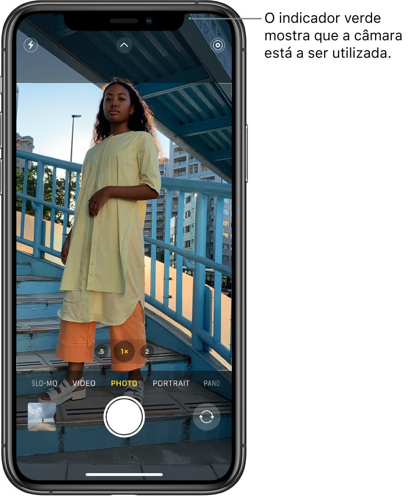 Ecrã da Câmara no modo Fotografia. O indicador verde na parte superior direita mostra que a câmara está em utilização.