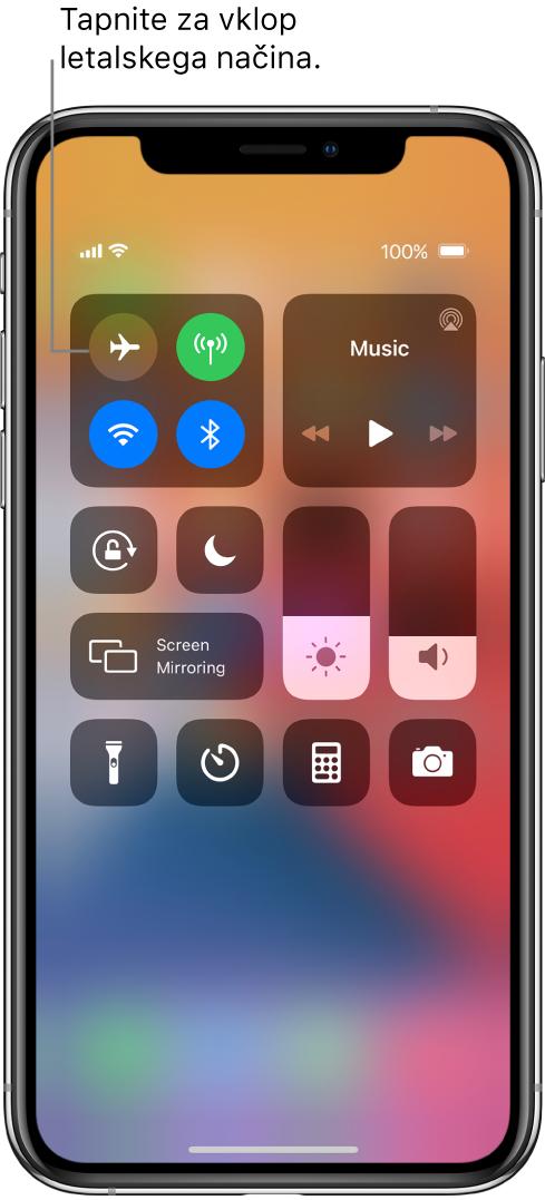 Zaslon aplikacije Control Center z oblačkom, ki prikazuje, da letalski način vklopite tako, da tapnete zgornji levi gumb.
