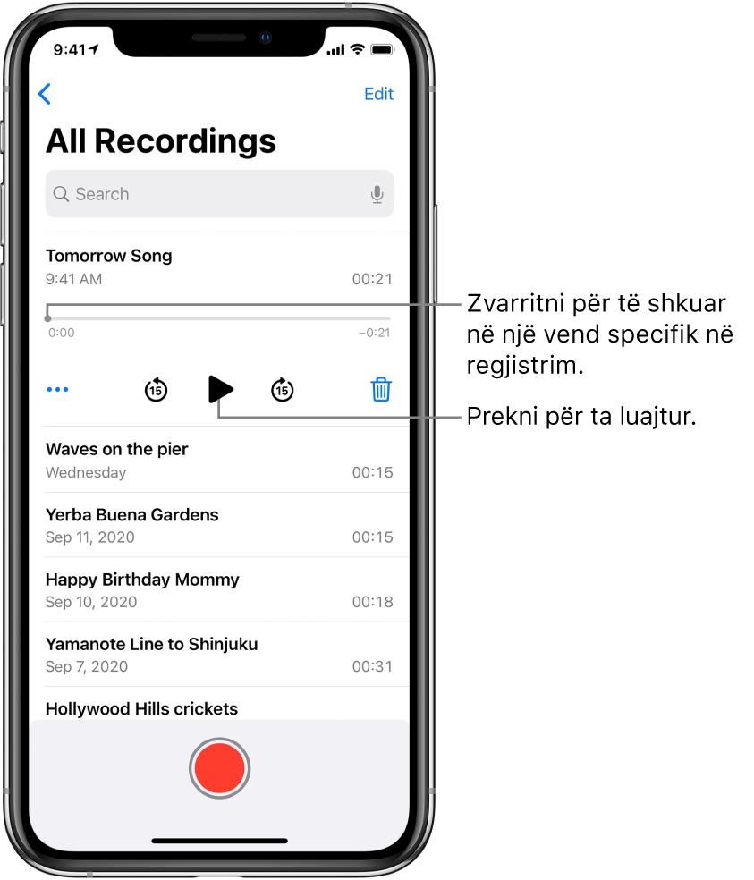 Ekrani i listës Voice Memos me një regjistrim të zgjedhur në krye. Vija kohore e regjistrimit ka një kokë për luajtjen, të cilën mund ta zvarritni për të shkuar te një vend specifik në regjistrim. Në çdo anë janë kohët e fillimit dhe të mbarimit. Nën kohëzgjatje ndodhen butoni More, të cilin mund ta prekni për të modifikuar, dublikuar apo ndarë një regjistrim, butonin i kalimit 15 sek mbrapa, butoni i luajtjes, butoni i kalimit 15 sek përpara dhe butoni i fshirjes. Poshtë këtyre komandave është një listë e regjistrimeve që mund të hapet me një të prekur.