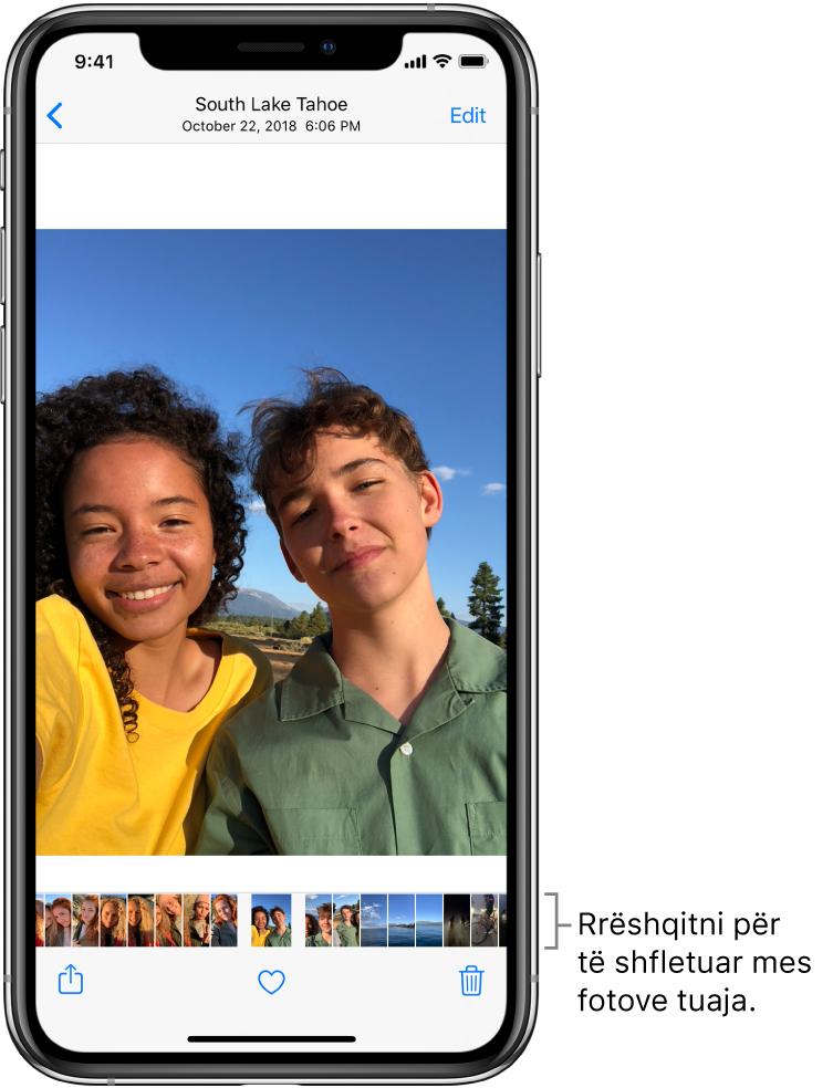Një foto me miniatura të fotove të tjera përgjatë fundit të ekranit. Në krye majtas është një buton kthimi pas, që ju shpie te pamja nga erdhët. Përgjatë fundit ndodhen butonat Share, Like dhe Delete. Në krye djathtas ndodhet butoni Edit.