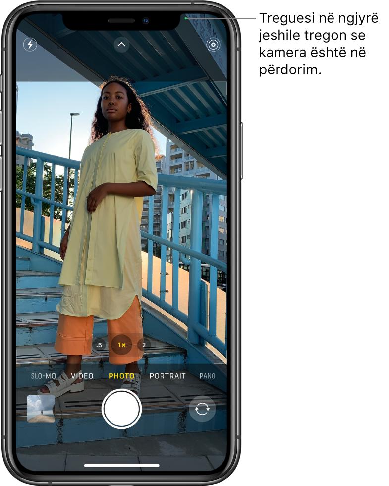 Ekrani për Camera në modalitetin Photo. Një tregues në ngjyrë jeshile në krye djathtas tregon se kamera është në përdorim.