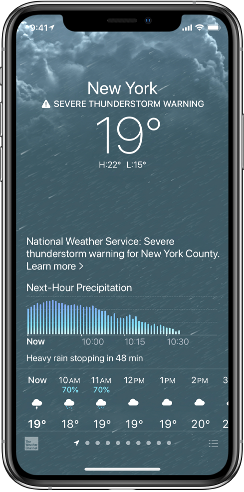 Ekrani Weather që tregon nga lart poshtë: vendndodhjen, një paralajmërim për stuhi të fortë, temperaturën aktuale, temperaturat maksimale dhe minimale për ditën dhe një grafik që shfaq nivelet e reshjeve për orën e ardhshme. Në fund të ekranit është parashikimi për çdo orë, i ndjekur nga një rresht pikash që tregojnë se sa vendndodhje janë në listën e vendndodhjeve. Në këndin djathtas poshtë ndodhet butoni Edit Cities.
