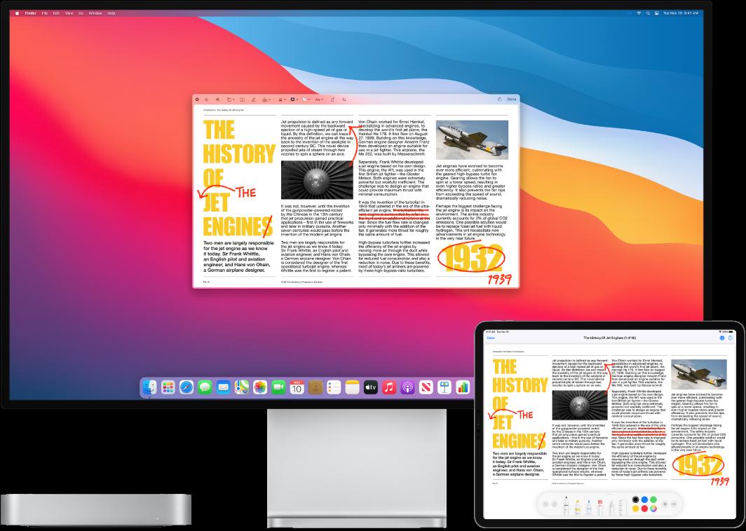 En Macmini og en iPad står ved siden af hinanden. Begge skærme viser en artikel dækket af håndskrevne røde redigeringer, f.eks. overstregede sætninger, pile og tilføjede ord. iPad har også markeringsmuligheder nederst på skærmen.