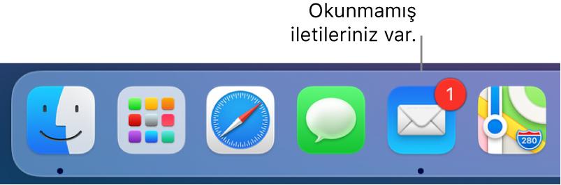 Dock'un okunmamış mesajları gösteren bir işaretle Mail uygulaması simgesini gösteren bir kısmı.
