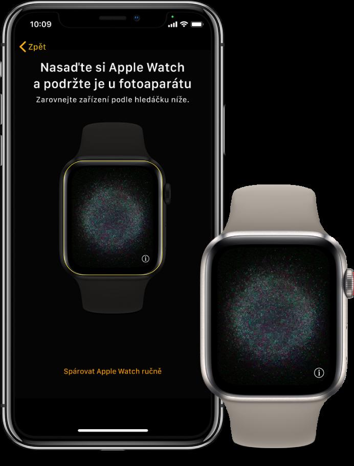 iPhone ahodinky ležící vedle sebe. Na displeji iPhonu se zobrazují pokyny ke spárování sApple Watch viditelnými vhledáčku adisplej na AppleWatch ukazuje obrázek párování.