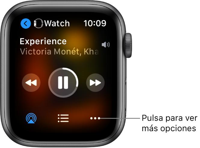 """La pantalla """"Ahora suena"""", con Watch arriba a la izquierda y una flecha que apunta a la izquierda que te lleva a la pantalla del dispositivo. Abajo aparecen el título de una canción y el nombre del artista. Los controles de reproducción están en mitad de la pantalla. Los botones de AirPlay, lista de pistas y """"Más opciones"""" están al final."""