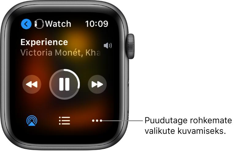 Kuva Now Playing ülemises vasakus servas on Watch, millel on vasakule osutav nool, mis viib seadme kuvasse. Selle all kuvatakse loo ja esitaja nime. Keskel asuvad taasesituse juhikud. All on nupud AirPlay, More Options ja lugude loend.