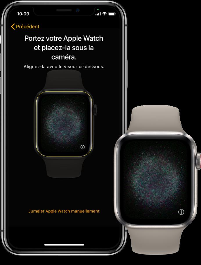 Un iPhone et une montre côte à côte. L'écran de l'iPhone affiche les instructions de jumelage et l'AppleWatch est visible dans le viseur; l'écran de l'AppleWatch affiche l'image de jumelage.