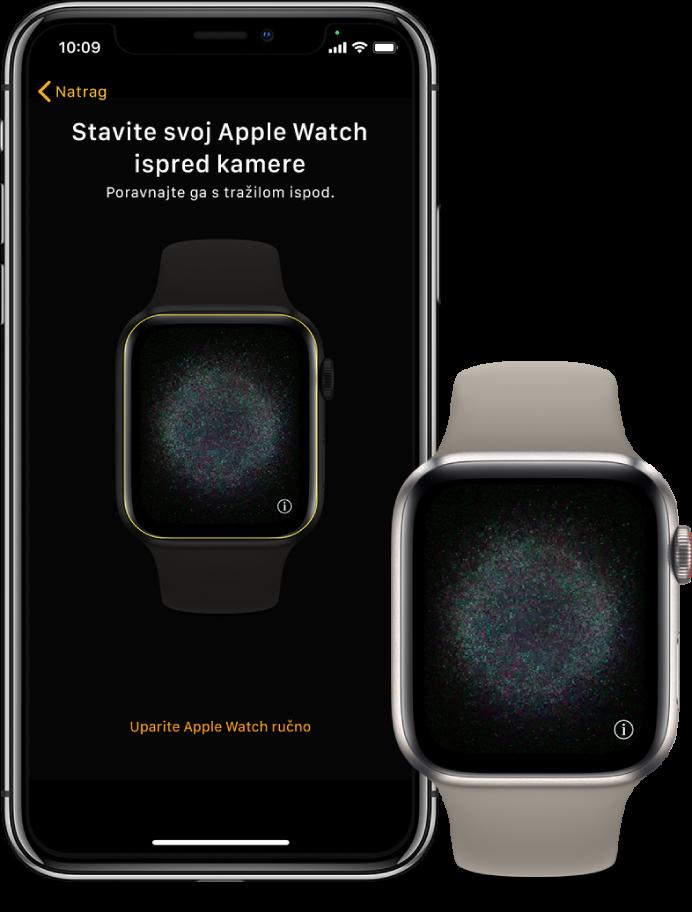 iPhone i sat, jedan do drugog. Zaslon iPhonea prikazuje upute za uparivanje s Apple Watchem vidljivim u tražilu, a zaslon AppleWatcha prikazuje sliku uparivanja.