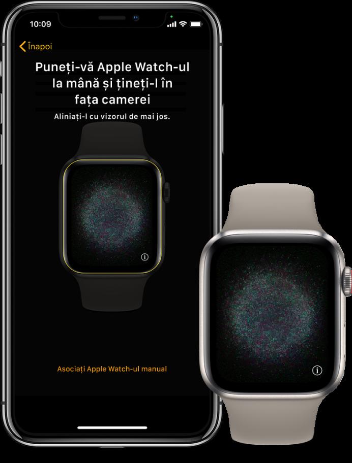 Un iPhone și un ceas, unul lângă altul. Ecranul iPhone-ului afișează instrucțiunile de asociere cu AppleWatch-ul vizibil în vizor, iar ecranul AppleWatch-ului afișează imaginea de asociere.