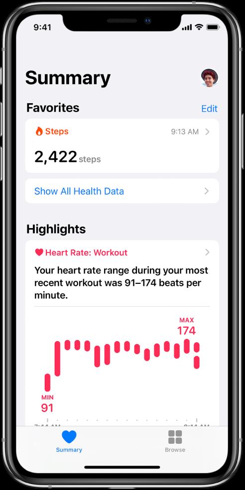 Layar Ringkasan menampilkan Langkah sebagai kategori Favorit. Di bawah Sorotan, layar menampilkan informasi mengenai detak jantung selama olahraga terbaru.