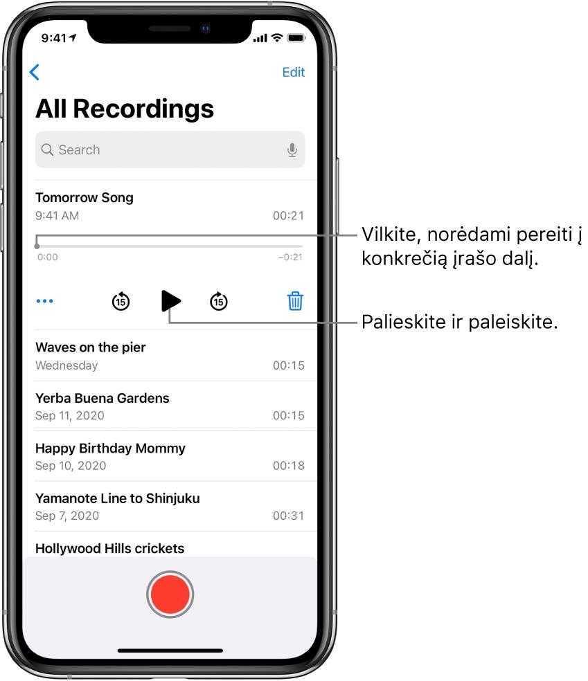 """""""Voice Memos"""" sąrašo ekranas su viršuje rodomu pasirinktu įrašu. Įrašymo laiko juostoje yra grojimo žyma, kurią galite nutempti į konkrečią įrašo vietą. Abiejuose galuose nurodytas pradžios ir pabaigos laikas. Žemiau laiko juostos yra mygtukas """"More"""", kurį galite paliesti, norėdami redaguoti, dubliuoti arba bendrinti įrašą, peršokimo atgal 15sek. mygtukas, atkūrimo mygtukas, peršokimo pirmyn 15sek. mygtukas ir ištrynimo mygtukas. Žemiau šių valdiklių yra įrašų sąrašas, kuriuos galima atidaryti paliečiant."""