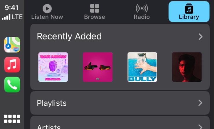"""""""CarPlay"""" ekranas, kuriame rodoma neseniai pridėtų dainų grupė."""