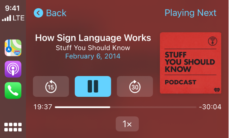 Obrazovka CarPlay infosystému zobrazujúca prehrávaný podcast How Sign Language Works by Stuff You Should Know.