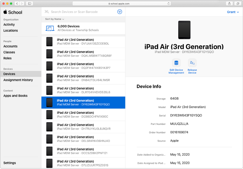 Serverul de gestionare a dispozitivelor mobile (MDM) AppleSchoolManager afișând dispozitivele și atribuirile acestora.