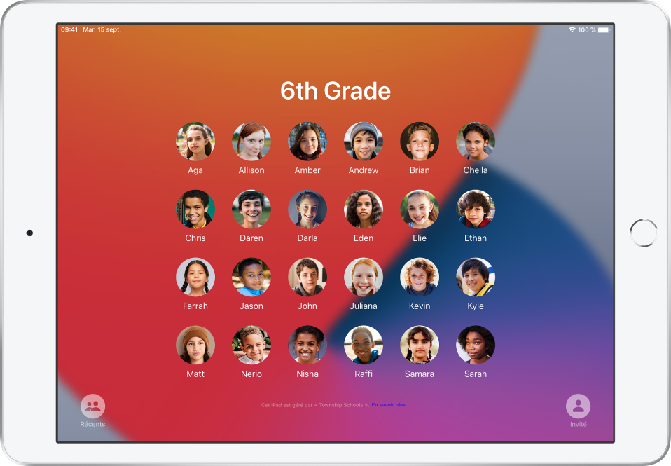 Un iPadpartagé qui montre des élèves.