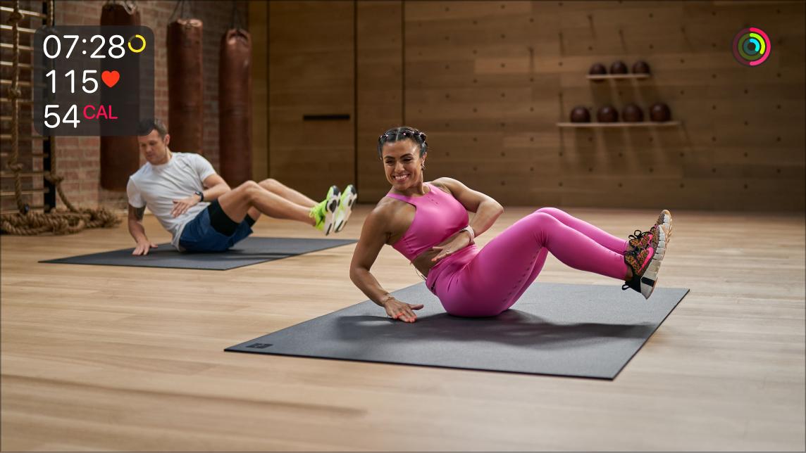 Entrenamiento de Fitness+ en el Apple TV mostrando datos en vivo del Apple Watch