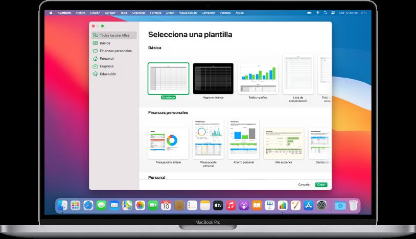 """Una MacBook Pro mostrando la pantalla del selector de plantillas de Numbers. La categoría """"Todas las plantillas"""" está seleccionada a la izquierda y las plantillas prediseñadas aparecen en filas y organizadas por categoría a la derecha."""