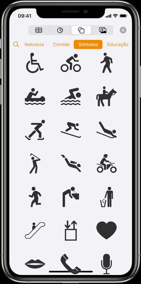 Menu Inserir com botões ao longo da parte superior para adicionar tabelas, gráficos, formas e mídia. Formas está selecionado e seu menu mostra uma linha de categorias com o botão Buscar à esquerda. A categoria Atividades está selecionada e formas aparecem abaixo.