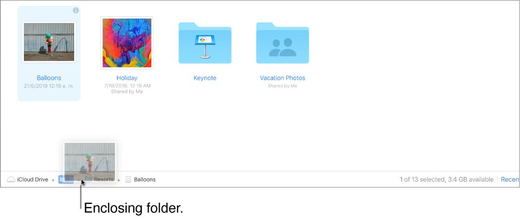 Een bestand wordt naar een bovenliggende map gesleept onder in het iCloudDrive-venster op iCloud.com.