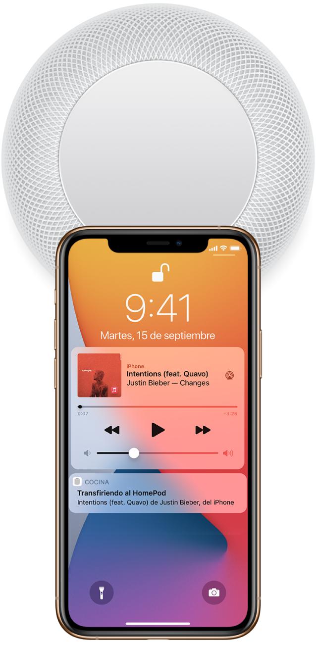 En la pantalla del iPhone, se está reproduciendo una canción. El iPhone está cerca de la parte superior del HomePod y se muestra una alerta que indica que la reproducción de la canción se está pasando al HomePod.