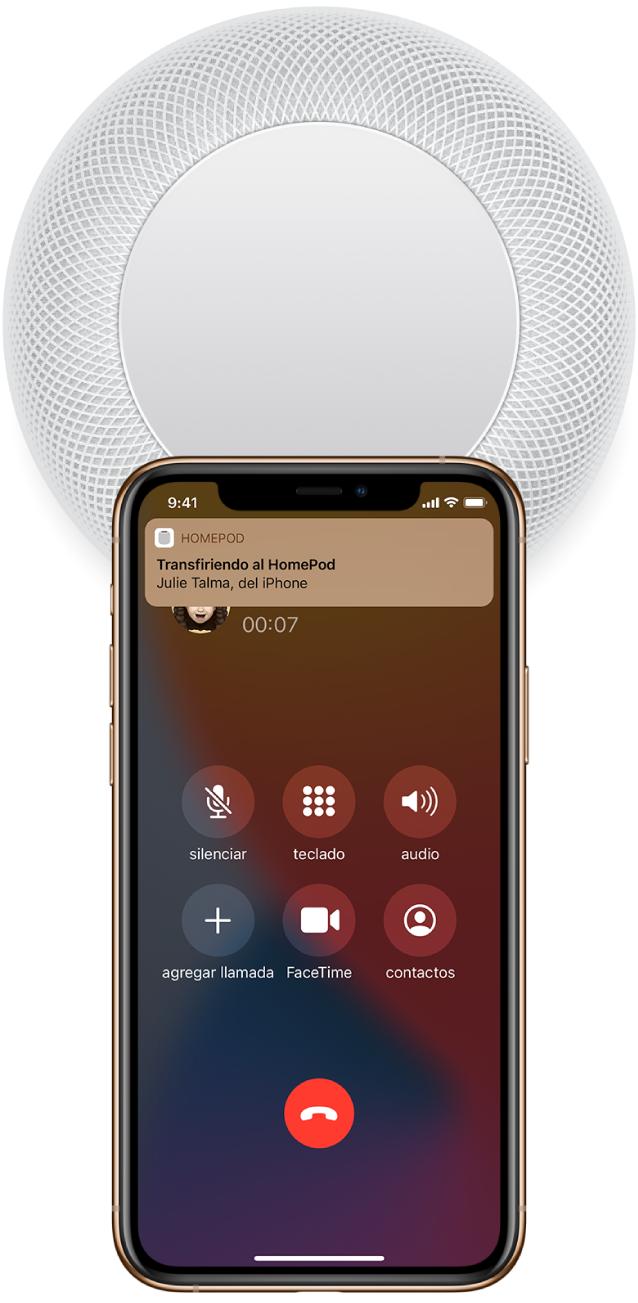 """En el iPhone, la pantalla Teléfono muestra botones mientras estás en una llamada. El iPhone está cerca de la parte superior del HomePod y se muestra una alerta en la parte superior de la pantalla que dice """"Transferir al HomePod""""."""