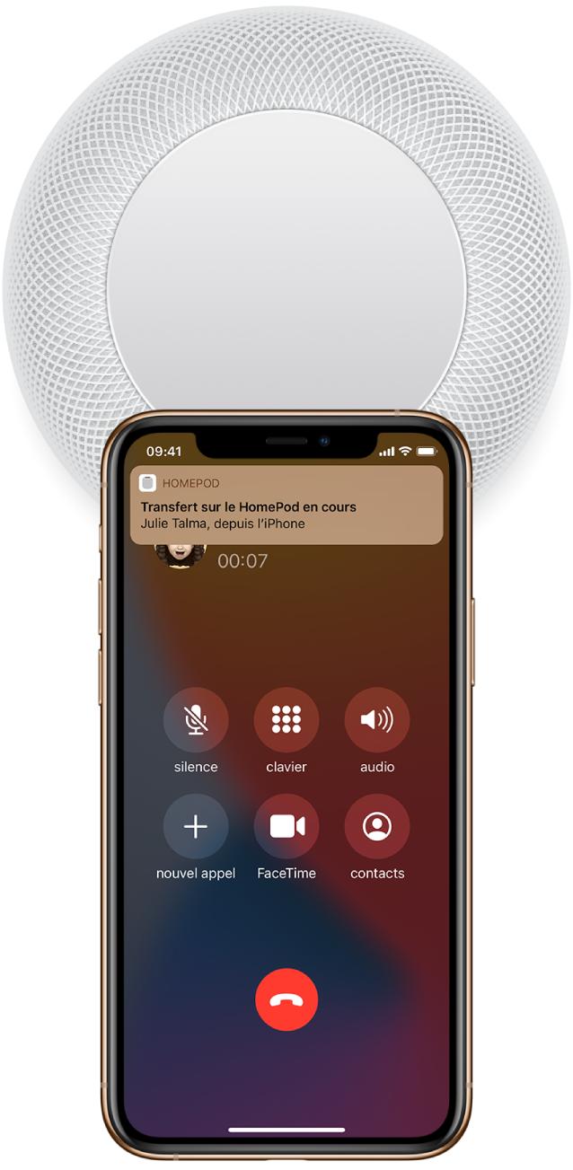 Sur un iPhone, l'écran Téléphone affichant les boutons pendant qu'un utilisateur passe un appel. L'iPhone se trouve à proximité du sommet du HomePod et une alerte s'affiche en haut de l'écran, avec le message «Transférer sur le HomePod».