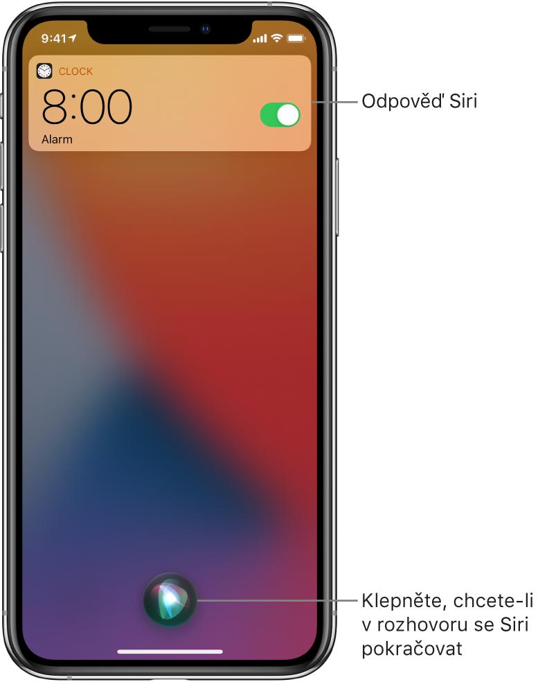 Siri na uzamčené obrazovce. Oznámení aplikace Hodiny informuje o zapnutí budíku nastaveného na 8:00. Rozhovor se Siri pokračuje stisknutím tlačítka vdolní části obrazovky.
