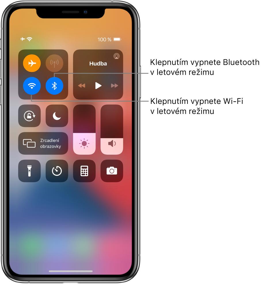 Ovládací centrum se zapnutým letovým režimem aspopisky, které vysvětlují, že klepnutím na levé dolní tlačítko ve skupině ovládacích prvků vlevo nahoře vypnete Wi‑Fi aklepnutím na tlačítko vpravo dole ve stejné skupině vypnete Bluetooth