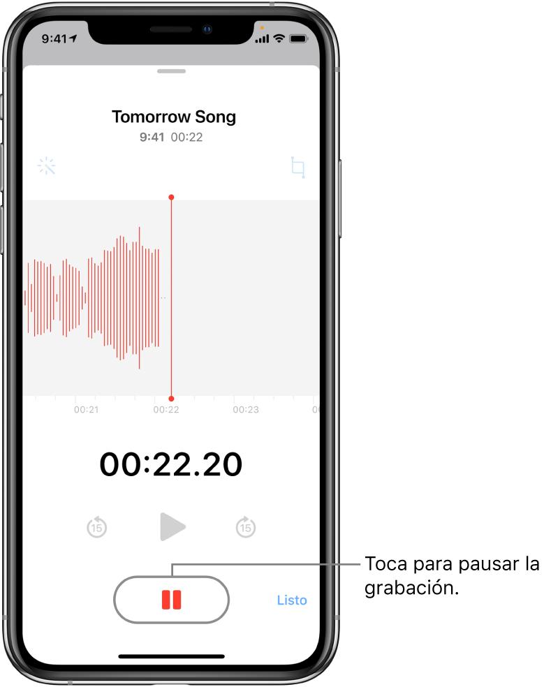 """La pantalla de Notas de Voz mostrando una grabación en progreso, con un botón Pausa activado y controles atenuados para reproducir, avanzar 15 segundos y regresar 15 segundos. La parte principal de la pantalla muestra la onda de sonido de la grabación en progreso junto con un indicador de tiempo. El indicador naranja """"Micrófono en uso"""" aparece en la parte superior derecha."""