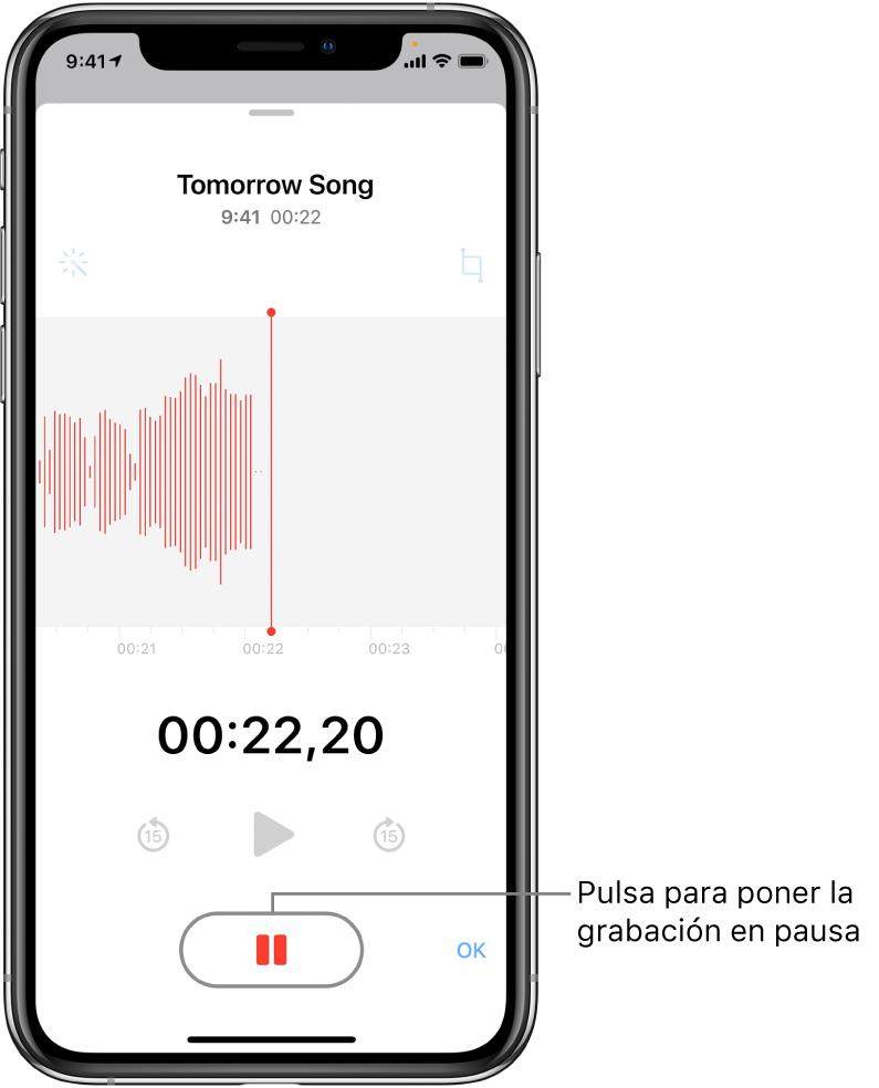 """Pantalla de Notas de Voz con una grabación en proceso, con un botón Pausa activo y controles atenuados para reproducir, avanzar rápido 15 segundos y retroceder 15 segundos. La parte principal de la pantalla muestra la forma de onda de la grabación en curso, junto con el indicador de tiempo. El indicador naranja """"Micrófono en uso"""" aparece en la esquina superior derecha."""