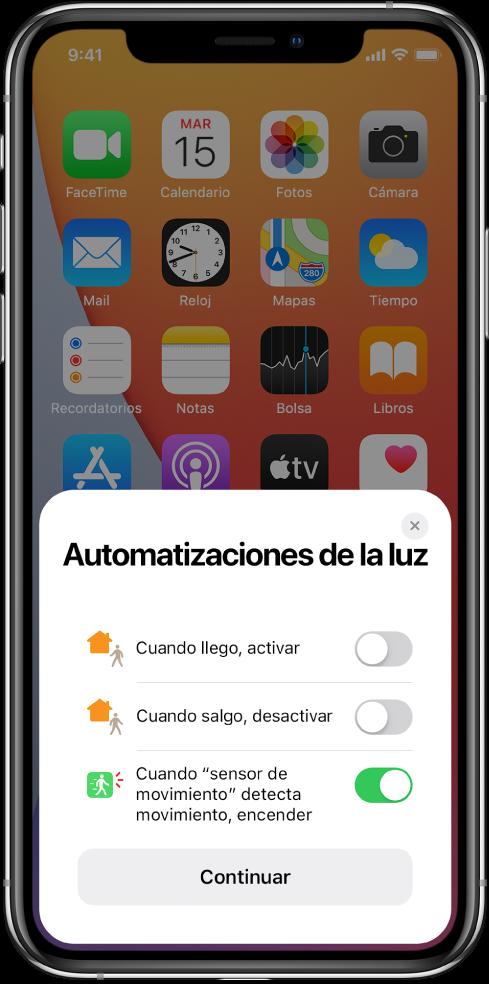 """Ventana de la pantalla de inicio con tres sugerencias de automatización para la luz: """"Cuando llego, activar"""", """"Cuando salgo, desactivar"""" y """"Cuando el sensor detecta movimiento, activar"""". Debajo está el botón Continuar."""