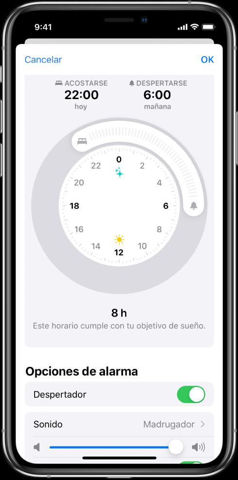 Pantalla de configuración para Sueño en la app Salud. Hay un reloj en el centro de la pantalla; la hora de acostarse se ha ajustado a las 10p.m. y la hora de despertarse se ha ajustado a las 6a.m. Debajo de las opciones de alarma, la alarma despertador está activada, el sonido es Madrugador y el volumen se ha ajustado a un valor alto.