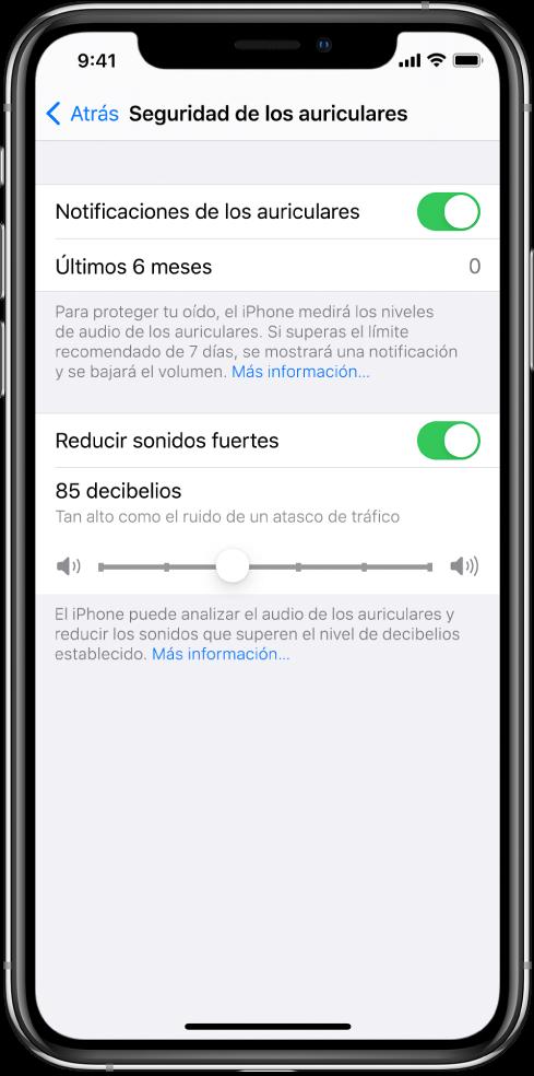 """La pantalla """"Seguridad de los auriculares"""", con el botón para activar o desactivar las notificaciones de los auriculares, el número de notificaciones de los auriculares enviadas en los últimos seis meses, el botón para activar o desactivar el ajuste """"Reducir sonidos fuertes"""", un regulador para cambiar el nivel máximo de decibelios y el límite de decibelios seleccionado en 85decibelios."""