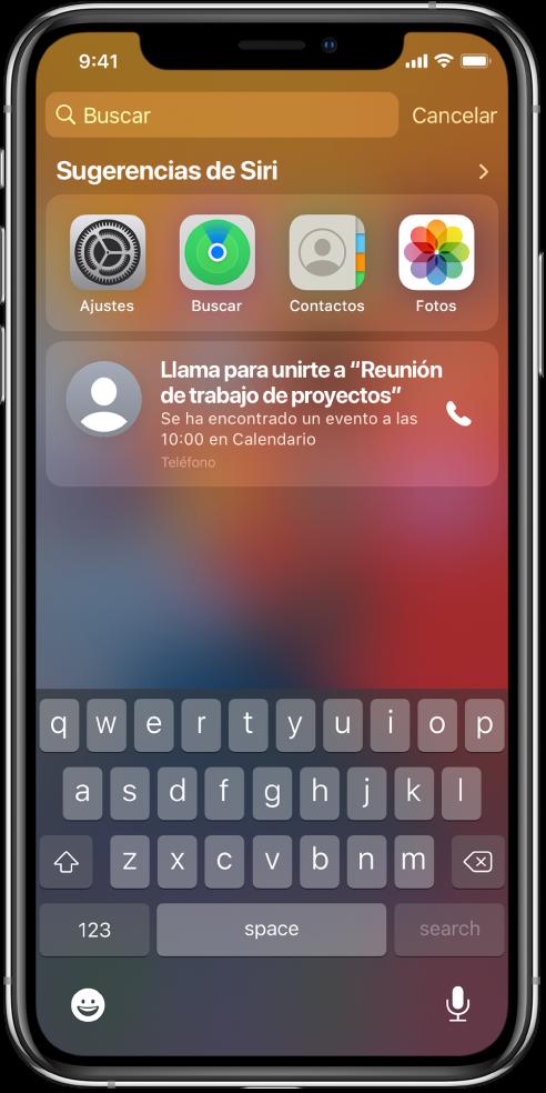 """Pantalla bloqueada del iPhone. Las apps Ajustes, Buscar, Contactos y Fotos aparecen debajo de """"Sugerencias de Siri"""". Debajo de las sugerencias de la app hay una sugerencia para llamar a una reunión de trabajo de proyectos, que es un evento de Calendario."""