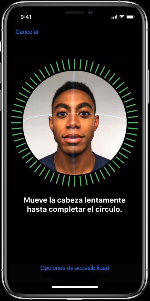 Pantalla de configuración de reconocimiento de FaceID. En la pantalla se muestra una cara dentro de un círculo. El texto de abajo da indicaciones para mover la cabeza lentamente hasta completar el círculo.
