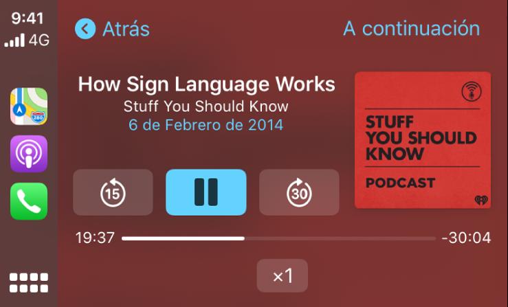 """Panel de CarPlay con el podcasts """"Cómo funciona el lenguaje de signos"""" de """"Cosas que deberías saber"""" en reproducción."""