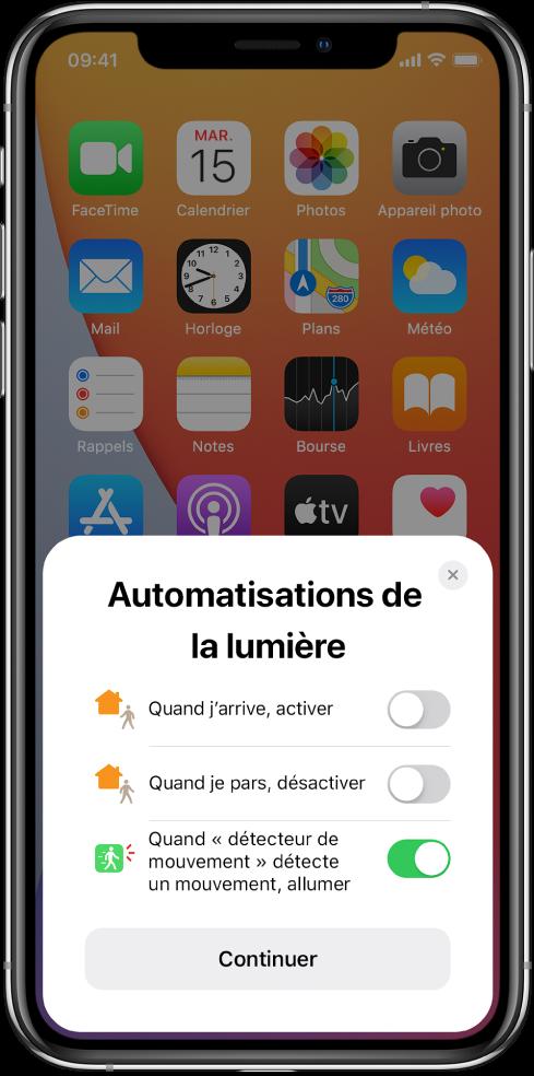 """Fenêtre sur l'écran d'accueil affichant trois suggestions d'automatisation des lumières: «Quand j'arrive, activer», «Quand je pars, désactiver» et «Quand """"détecteur de mouvement"""" détecte un mouvement, allumer». Un bouton Continuer se trouve en dessous."""