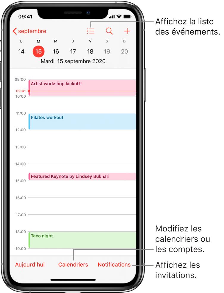 Un calendrier en présentation par jour montrant les événements du jour. Touchez le bouton Calendriers en bas de l'écran pour changer de compte de calendrier. Touchez le bouton Notifications en bas à droite pour afficher les invitations.