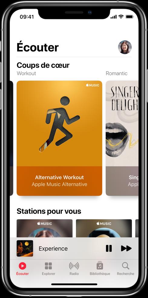 Écran Écouter montrant le bouton de profil en haut à droite. Des playlists «Sélectionné pour vous» s'affichent en dessous. Sous «Sélectionné pour vous» se trouve la section «Stations recommandées», avec deux stations.